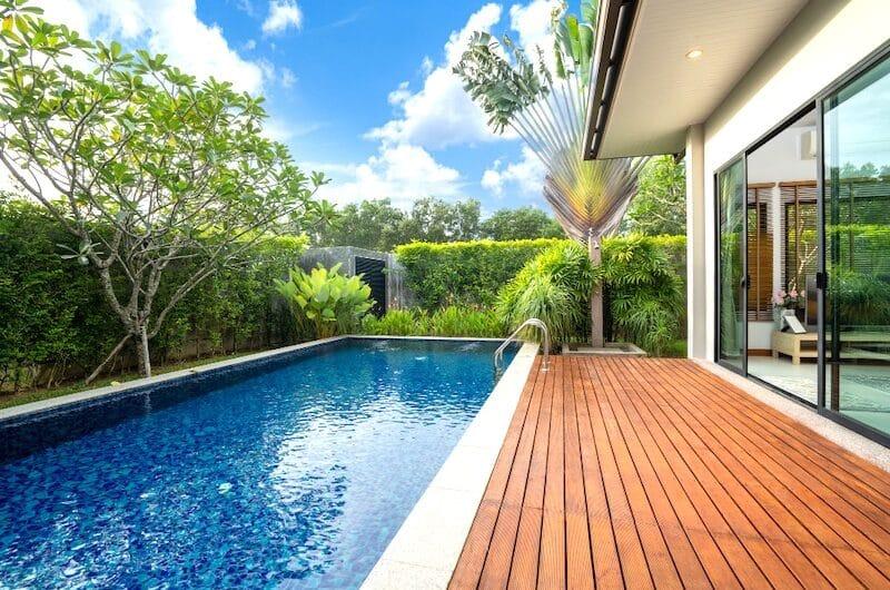 Pose de terrasse en bois autour d'une piscine : Nos conseils !